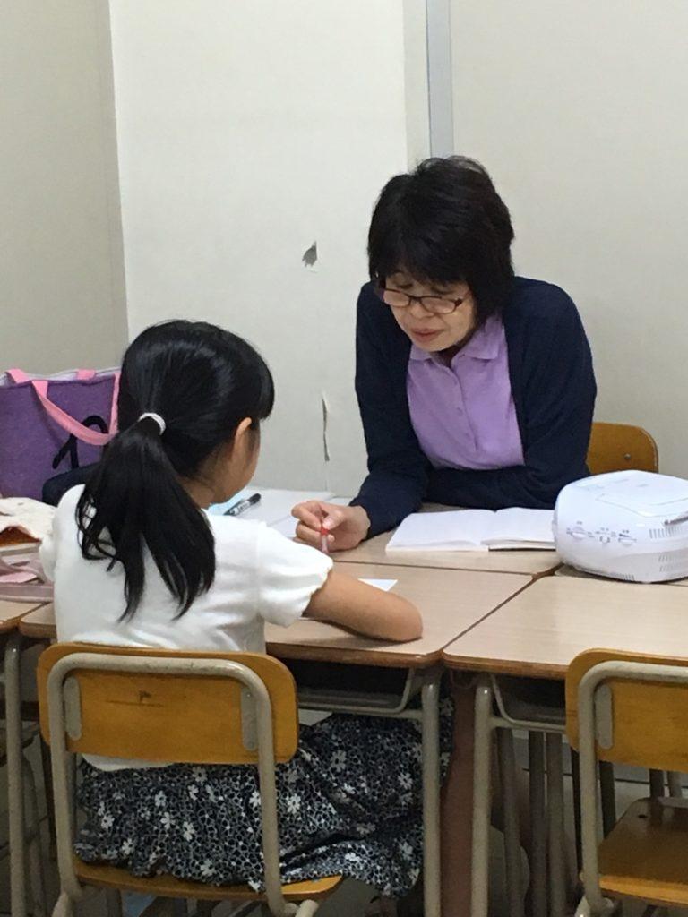 佐賀駅前の学習塾「エスト(EST)」の英語担当女性講師・牧野洋子