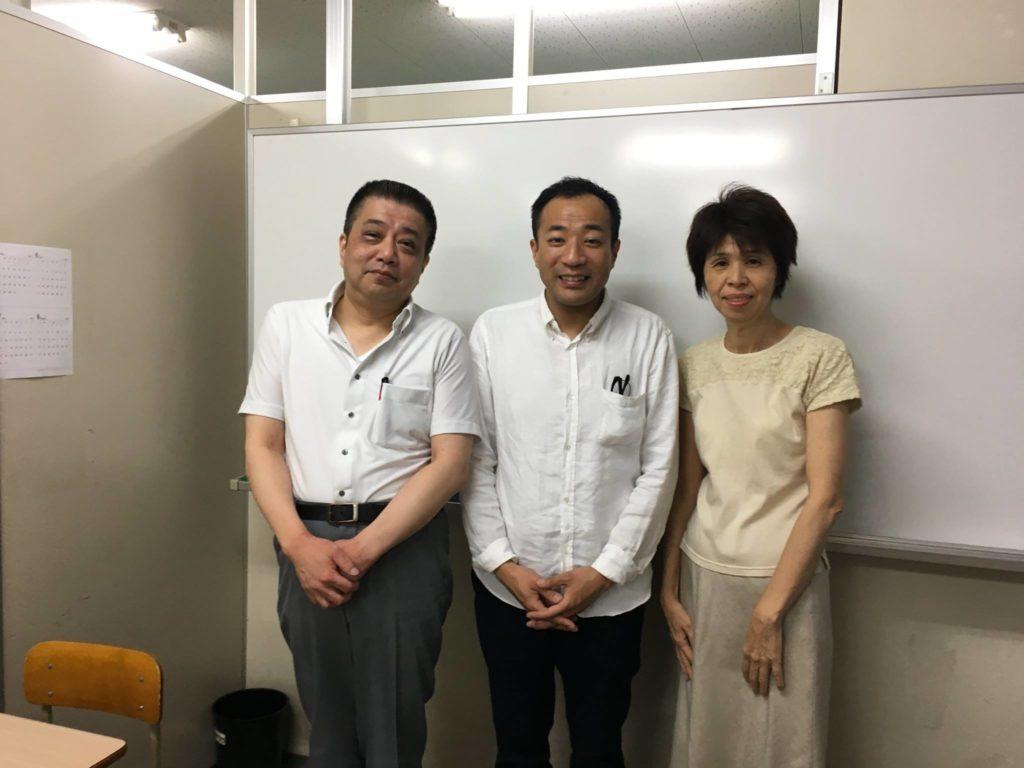 佐賀駅前の学習塾「エスト」に遊びに来てくれたお笑いコンビ「ナイツ」の塙宣之さんの写真